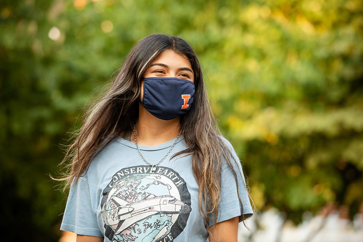 student wearing an orange & blue Illinois mask